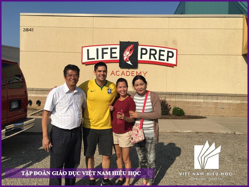 Gia đình sang thăm học sinh Việt Nam Hiếu Học đang du học học bổng tại trung học nội trú Life Prep